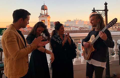 grupo flamenco tocando palmas